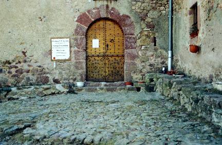 Le parvis de la chapelle du Coral.