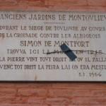 Toulouse - Plaque commémorative de la mort de Simon de Montfort (mur du théâtre Sorano). (Photo Jean-Pierre Cheval)